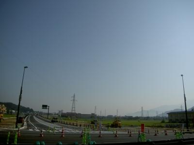 県道平石西之浦交差点、起点側より終点側を臨む