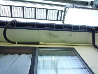 太陽光発電設置工事~屋根上から軒先にかけての配線状況